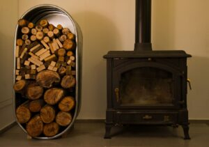 Stocktank met houtopslag voor de winter